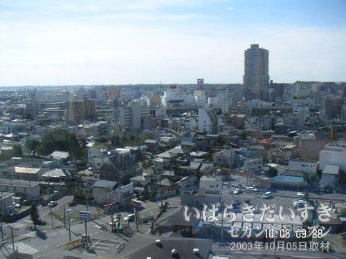 土浦市街地が見える<br>土浦駅前の市街地に目をこらすと、西友跡やイトーヨーカドーウララ、タワーマンション(小網屋跡地)などが見えます。
