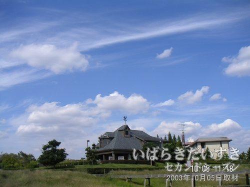 国民宿舎水郷と秋の空<br>高い秋の空に、国民宿舎水郷が構えます。