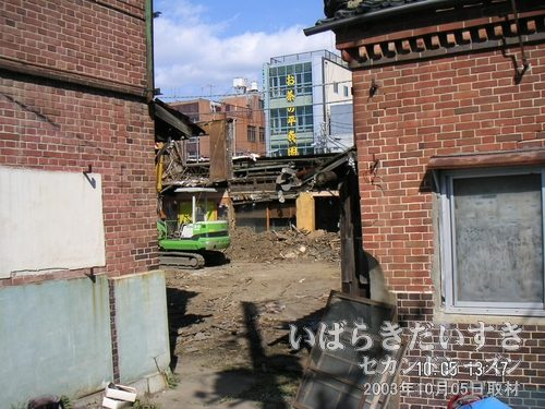 敷地の反対側に回り込んでみる<br>オレンジこあみやのあった敷地の反対側に回り込むと、レンガの建物があり、解体作業が見えます。