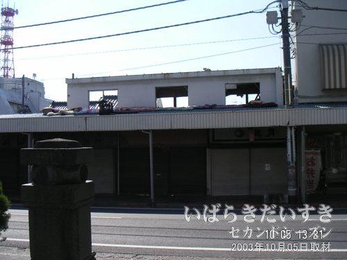 駅前道路を挟んで、遠目に見てみると<br>建物はすでに取り壊されているのを確認することができます。