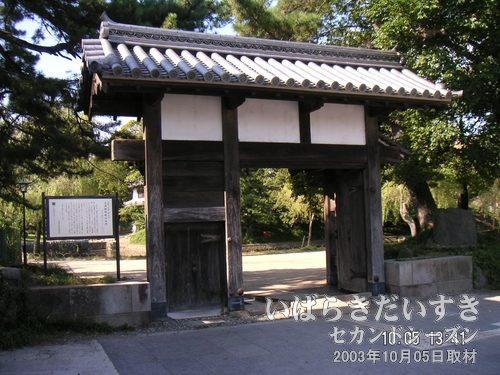 土浦城 旧前川口門<br>武家屋敷と町屋の間を仕切っていた門。昭和56年に、この場所に移築されてきました。