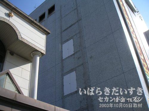 """土浦駅ビル の側面<br>壁には扉があり、何かが設定されていたような""""跡""""があります。"""