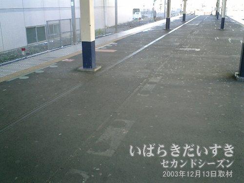 常磐線 柏駅3,4番線ホーム<br>このホームは左側に拡張されたようです。整列乗車位置のシール痕があります。
