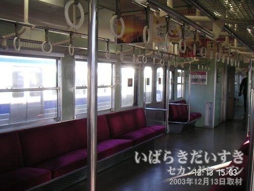 常磐線 白電の車内<br>小豆色のシートも来年(2004)になれば、新型車両に置き換えられてしまうことでしょう。