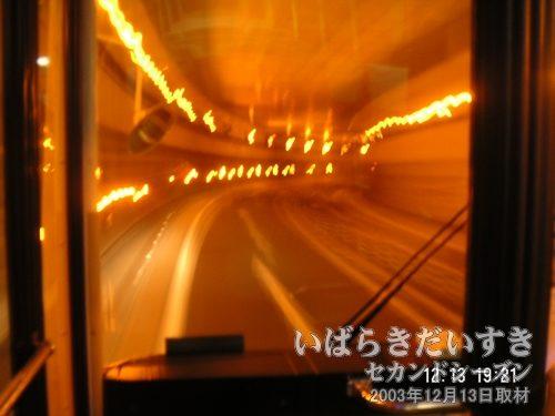 地下通路「花室交差点」を通る<br>つくばセンターから土浦駅行きのバス。この地下通路を通る土浦駅行きのバスは初めて乗車します。