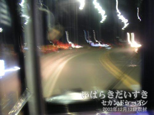 高架橋(土浦ニューウェイ)を通る<br>夜道でバスの中から撮影。振動で写真がぶれまくりです。