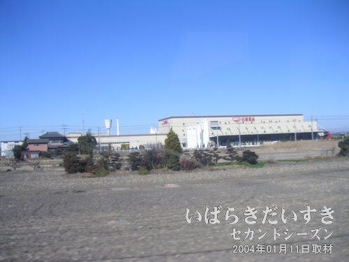日清工場<br>常磐線下り列車、取手駅を超えた辺りの左手に、カップヌードルの煙突を構えた工場が見えてきます。