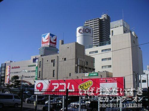 常磐線 2番線ホームから<br>土浦駅西口駅前を眺めます。丸井のマークが見られる光景も、あと2日間だけなんですね~(TT)。