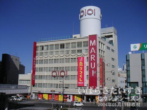 丸井土浦店<br>土浦駅西口のペイデストリアンデッキから丸井土浦店を眺めます。売り尽くしセール中です。