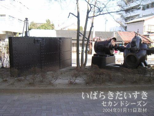 川口川閘門のパネルと排水用ポンプ<br>扉で川口川をせき止め、漏れ出してくる水をポンプで排出していました。