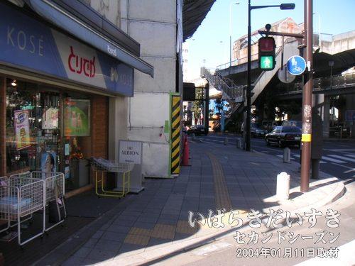 とりでやの奥で小網屋解体<br>土浦駅西口から駅前通を進み、化粧品の店とりでやの奥で小網屋が解体中。