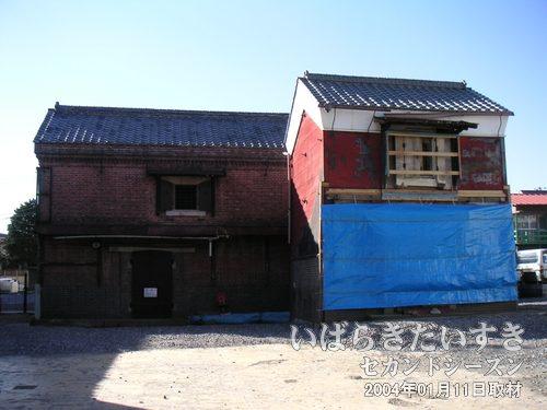 二棟のレンガ造の蔵<br>蔵の手前側に「オレンジこあみや」の建物がありました。