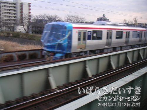 つくばエクスプレスの新型車両<br>下り常磐線土浦駅手前には、3つの線路があります。2つは上り下りで現役使用されていますが、霞ヶ浦寄りのJR貨物扱いの普段は使用されていない線路にその車両はありました!