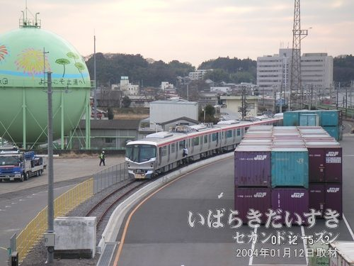 土浦駅 跨線橋(東西自由通路)から撮影<br>通路の窓からつくばエクスプレスの車両を眺めます。あの場所なら、歩いて行けそうですね~。