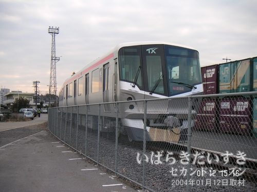 つくばエクスプレス 新型車両(常磐線土浦駅にて)<br>つくばエクスプレスも、来年2005年秋に開業ですね~。そうなると、常磐線利用の機会が減るのかしら(??)。
