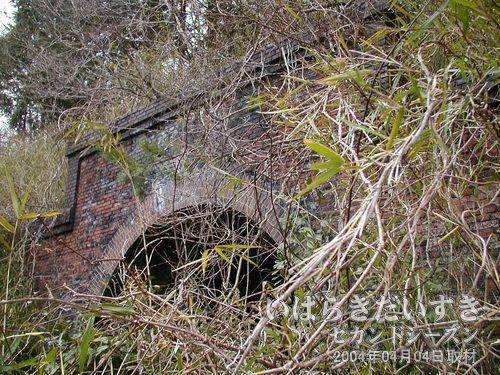 旧トンネルに近寄ってみる<br>畑の中をお邪魔させていただき、近寄ると、旧トンネルであることが確認できます。