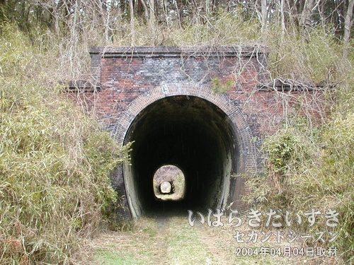 旧 第三耳ヶ谷トンネル(いわき側)<br>トンネルの先の出口の明かりが示すように、第三耳ヶ谷トンネルの距離は短い。その先に見えるトンネルも、短いです。一直線にトンネルが続きます。