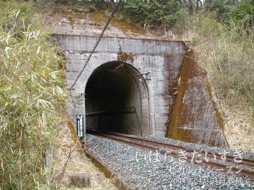 現行 第三耳ヶ谷トンネル(仙台側)を見る<br>第三耳ヶ谷トンネルの現行線路。