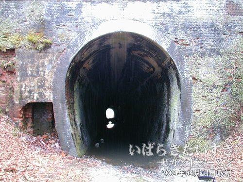 第一耳ヶ谷トンネル(仙台側)<br>トンネル入口の足下、水位が低く、深い水たまりが。