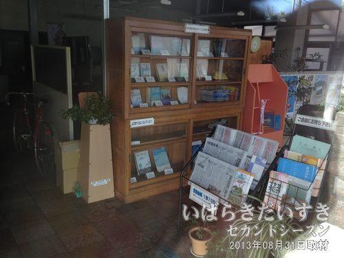 常陽新聞新社 社屋内<br>社員は午前中出社して荷物を整理。午後には帰宅したそうです。本棚には、常陽新聞社時代からの書籍が。