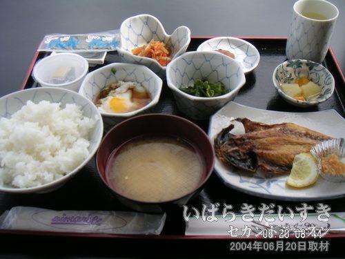 潮来ステーションホテル 朝食(和食)<br>いつも自分の家で食べるような、朝食です。焼き魚、生卵、味付けのり、切り干し大根、納豆、漬け物などなど。
