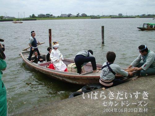 台風の影響で、舟は大揺れ