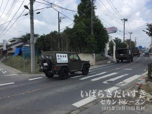 ときどきすれ違う自衛隊の車たち<br>「災害派遣」の幕をつけた自衛隊の車と、ときどきすれ違います。