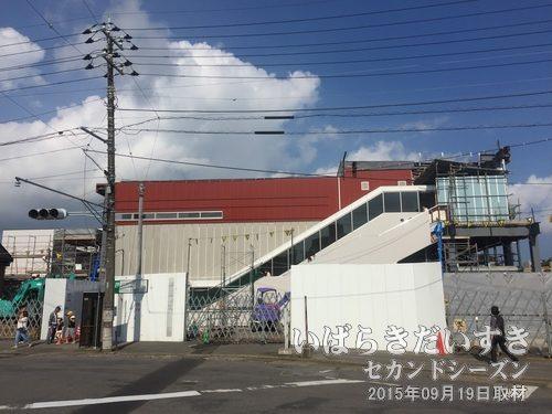 常磐線 石岡駅 新しい駅舎<br>まだ工事中。常磐線の新しい駅舎は、橋上改札式になるのが一般的です。