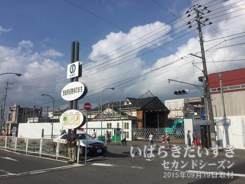 常磐線 石岡駅 駅舎は工事中<br>レトロチックな駅舎でした。