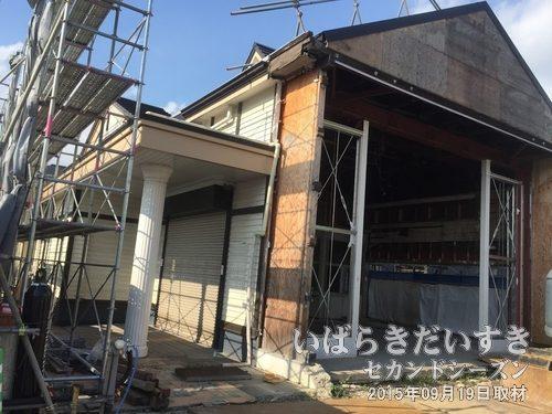 石岡駅 古い駅舎解体中の側面<br>石岡駅は何度も来た駅なので、無くなるのはちょっと感慨深い。。
