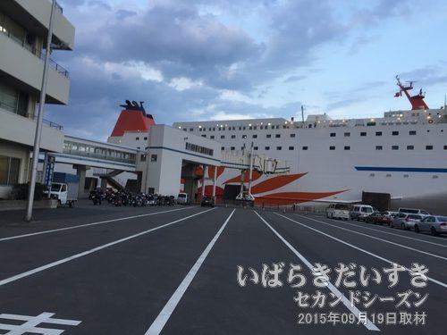 フェリー側面部を見ておく<br>台風により船が遅延するため、少し時間に余裕ができました。自転車の入口となるフェリー側面を視察しておきます。