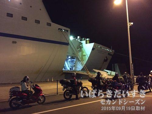 フェリーへの上船を待つ我々<br>バイクも自転車も、側面から入船します。係員の誘導に従いましょう。