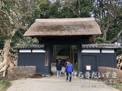 偕楽園 東門<br>偕楽園にとっては、東門が正式な門。茨城県立歴史館方面にあります。