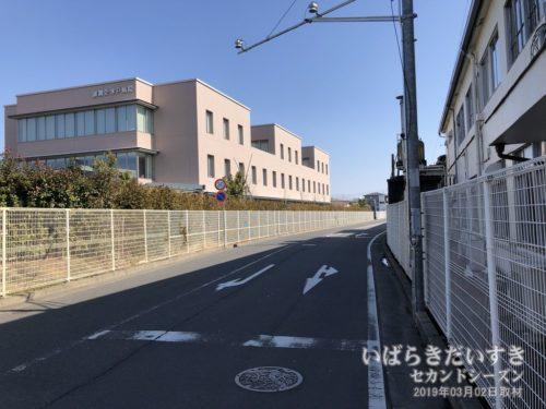「茨大前営業所」前の道は、かつての茨城鉄道線路跡だと聞く。