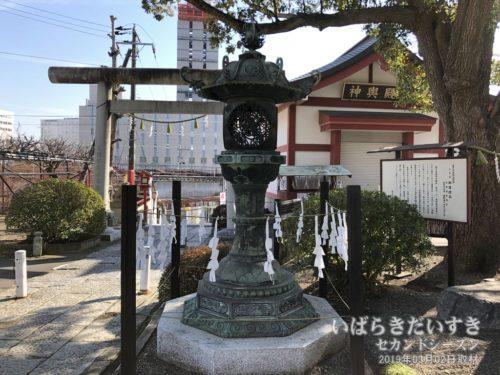 銅造燈籠:徳川頼房が慶安04年(1651)に奉納したもの。