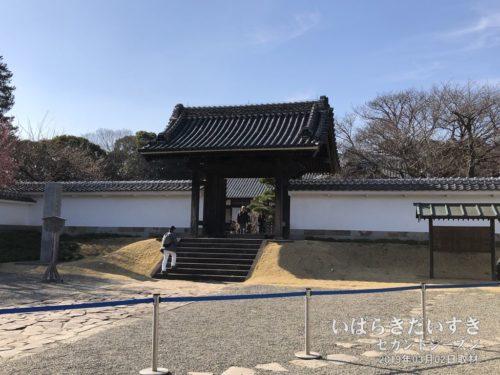 【 弘道館 正門 】<br>10数年前に、この正門の修繕が完了したことを記念し、梅まつり期間中の指定日に開門されるようになりました。本来は、天皇が来館された際に使用するための門でした。