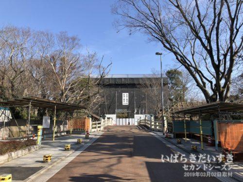 【 水戸城址 大手門 復元整備工事中 】<br>大手門は、江戸時代に大手橋の東側に建っていた門です。水戸城の顔とも言うべき最も大切な門です。