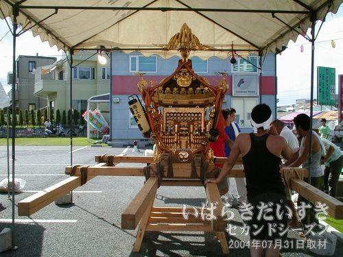 御神輿<br>うしくかっぱ祭りで担がれる御神輿。提灯には「商工会青年部」と書かれています。