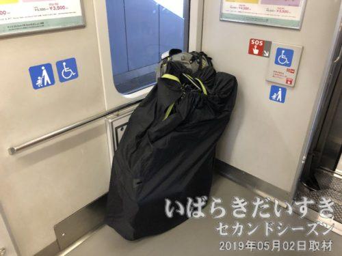 輪行自転車を固定<br>電車内はかなり空いております。