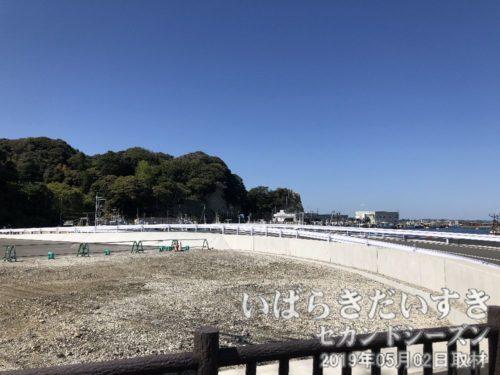 平潟港 左手の半島(岩)<br>平潟港を津波から守った、左側の半島。