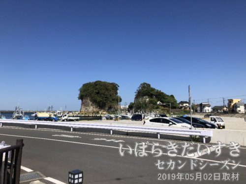 平潟港 右手側の半島(岩)<br>平潟港の右手側の半島。両側から加工用に岩場があったため、津波被害が軽減されました。