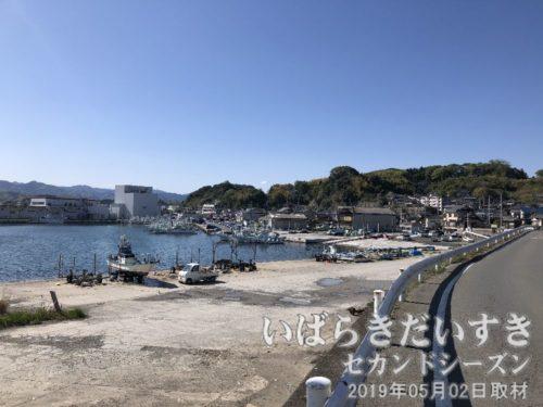 大津漁港、大津の町<br> 五浦方面から右回りに海岸線沿いを進むと、大津港が見渡せます。