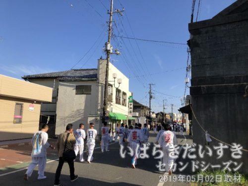解散します<br>神船をヤマサン前に送り届けたところで、祭参加者は解散します。