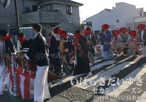 佐波波地祇神社へ向かう一行<br>お囃子を奏でながら、佐波波地祇神社へ向かいます。