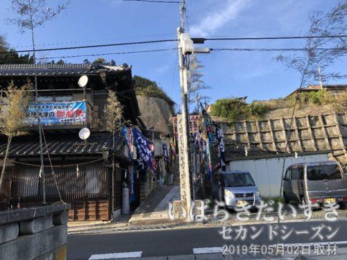 佐波波地祇神社への参拝道<br>佐波波地祇神社は唐帰山と言う山の上にあるため、参拝道も階段です。