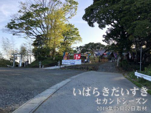 神社境内までは車でも来られる<br>参拝道とは別に、車で上ってこられるよう、車道もあります。