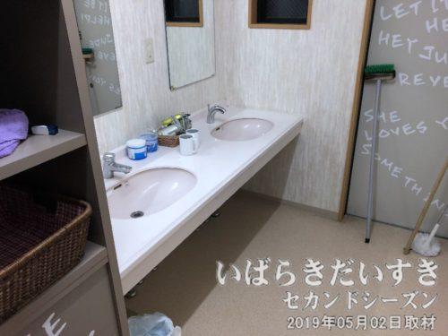 洗面所<br>旅館ならではの、共用の洗面所。洗濯機もあります。