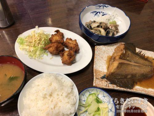 【 「朝日屋旅館」さんの夕食 】<br> たいへんおいしく、おかわりをいただきました♪。ドリンクもサービスしていただけました。