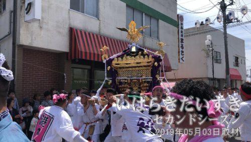 午前09時に佐波波地祇神社で「例大祭」が行われ、10時に神輿出御祭です。