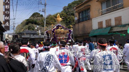 通り過ぎる威勢の良い神輿<br>もうすぐ午前11時。佐波波地祇神社を午前10時に出ているので、ちょうどオンタイムか。